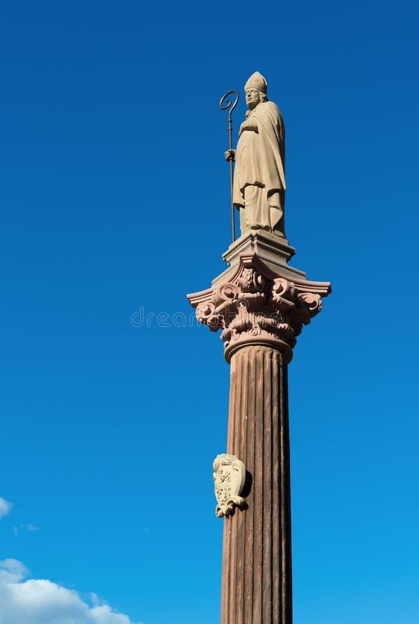 Staty av biskopen på domkyrkafyrkant i Freiburg im Breigau tysk arkivfoton