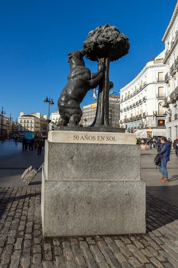 Staty av björnen och jordgubbeträdet på Puerta del Sol i Madrid, Spanien arkivbild