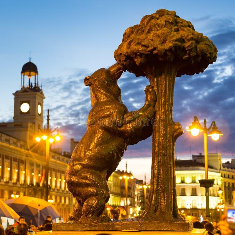 staty av bj rnen p puerta del sol madrid spanien