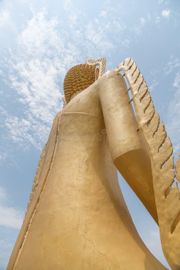 Staty av Buddha, av den stora Buddha över blå himmel fotografering för bildbyråer