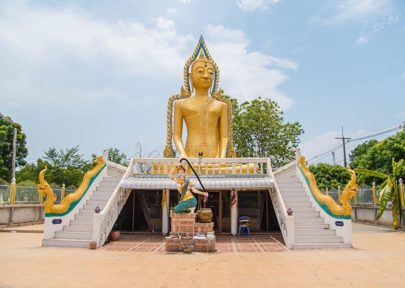 Staty av Buddha, av den stora Buddha över blå himmel arkivfoto