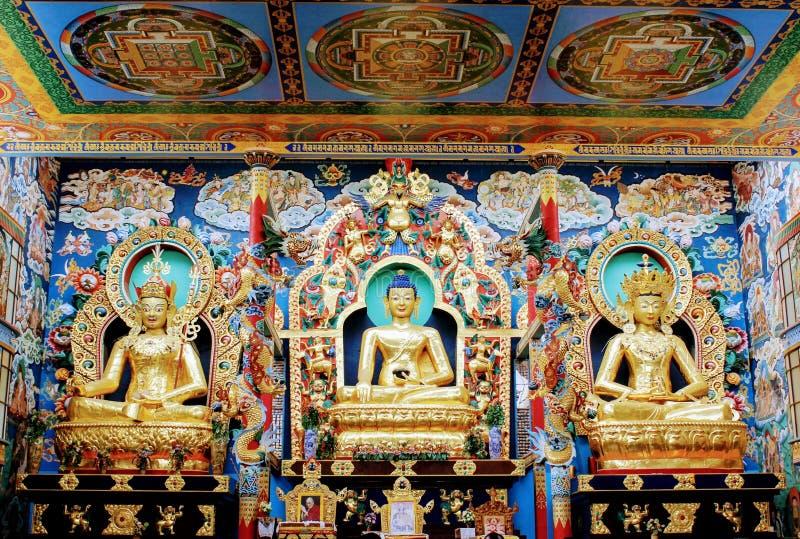 staty av buddha i guld- kloster royaltyfri fotografi