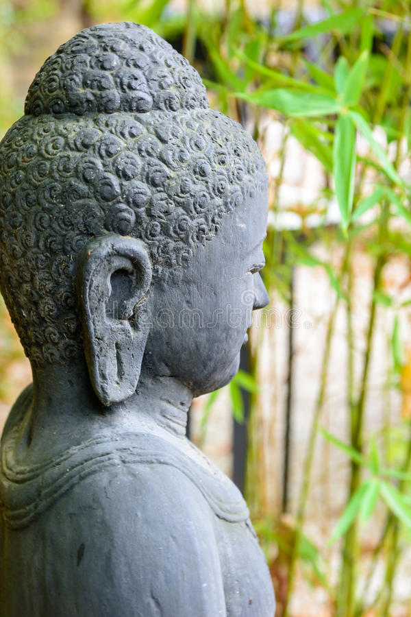 Staty av buddha i zenträdgård royaltyfria bilder