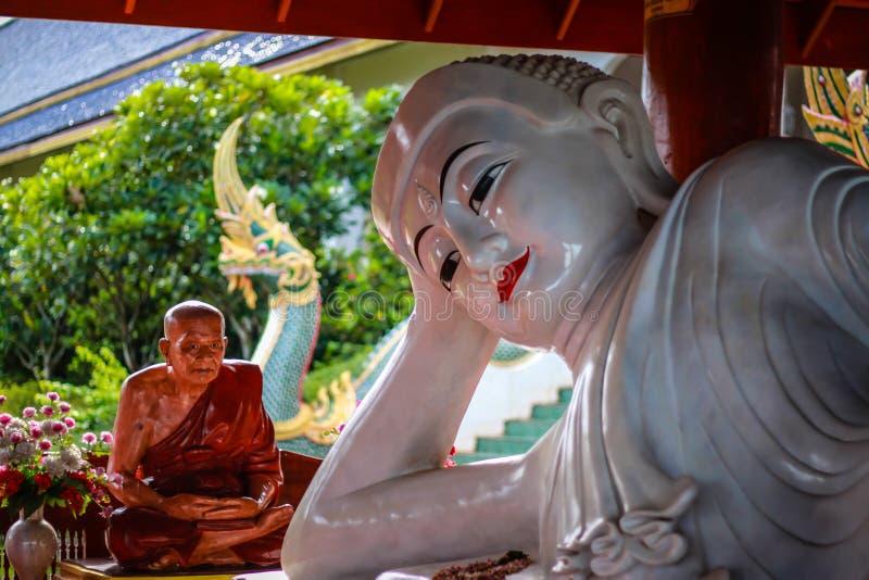 Staty av Buddha och munken royaltyfria bilder