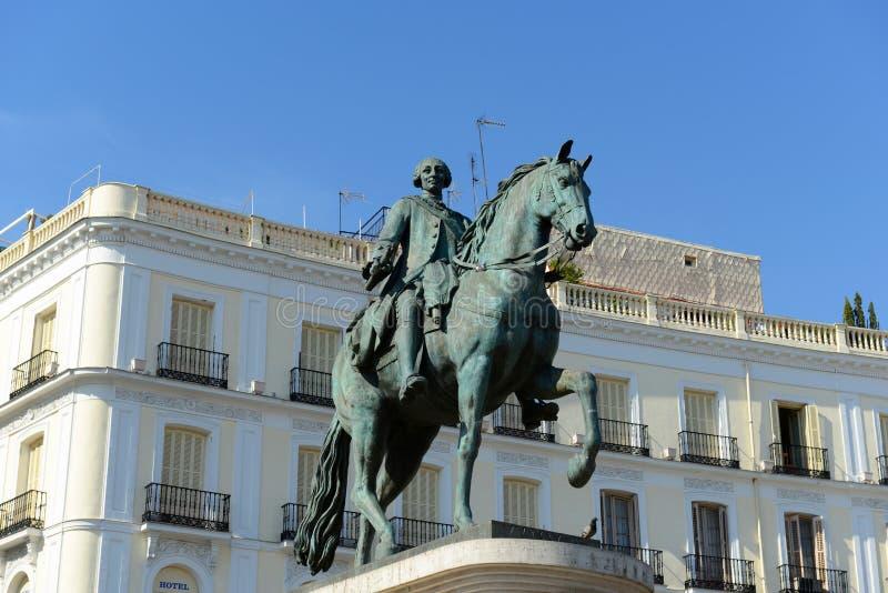 Staty av Carlos III på Puerta del Sol, Madrid, Spanien royaltyfria foton