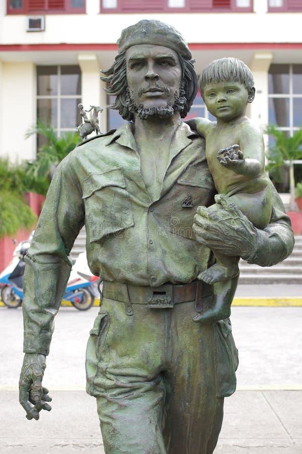 Staty av Che Guevara Holding ett barn royaltyfri foto
