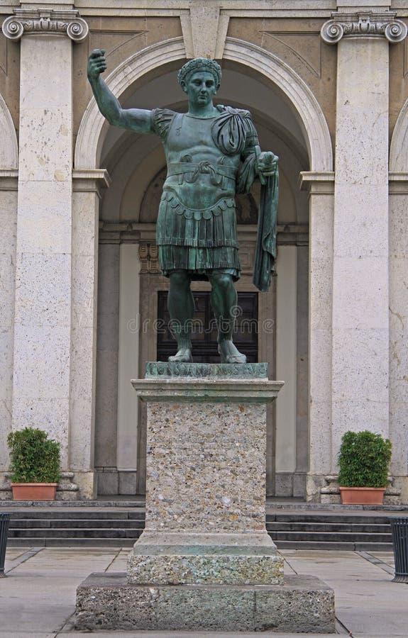 Staty av Constantine i Milan arkivbilder