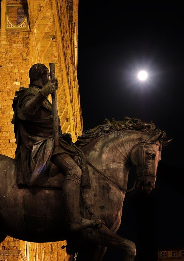 Staty av Cosimo de Medici som håller ögonen på fullmånen royaltyfri fotografi