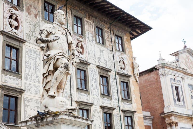 Staty av Cosimo Jag de Medici framme av den Palazzo dellaen Carovana som byggs i 1564 som lokaliseras på slotten royaltyfria bilder