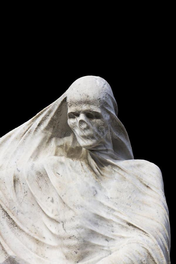 Staty av döden med en skyla på isolerad svart bakgrund arkivbild