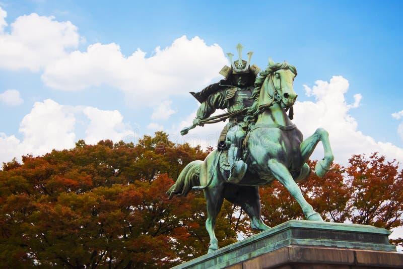 Staty av de stora samurajerna Kusunoki Masashige på den utvändiga Tokyo för östträdgård imperialistiska slotten, Japan fotografering för bildbyråer