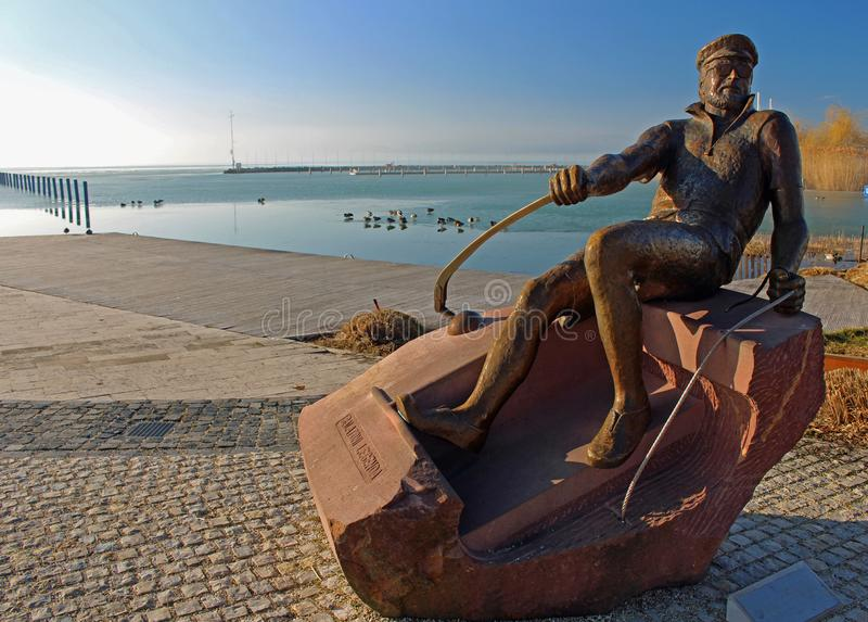 Staty av den älskade ungerska skådespelaren på promenad för segling för Balatonfà ¼ röd fotografering för bildbyråer