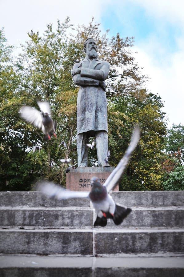 Staty av den berömda tyska filosofen och den sociala forskaren Friedrich Engels på den Ostozhenka gatan, central Moskva, Ryssland arkivfoto