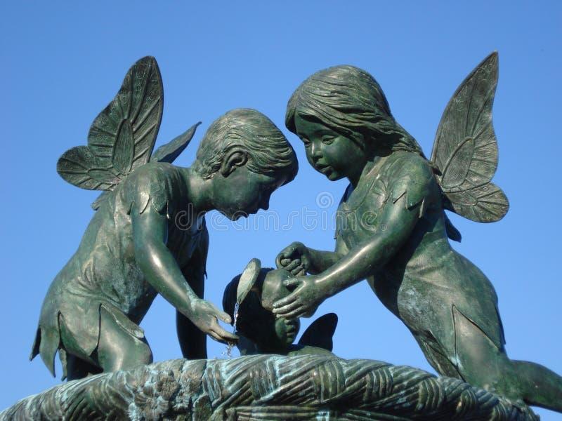 Staty av den bevingade lilla flickan och pojken royaltyfri fotografi