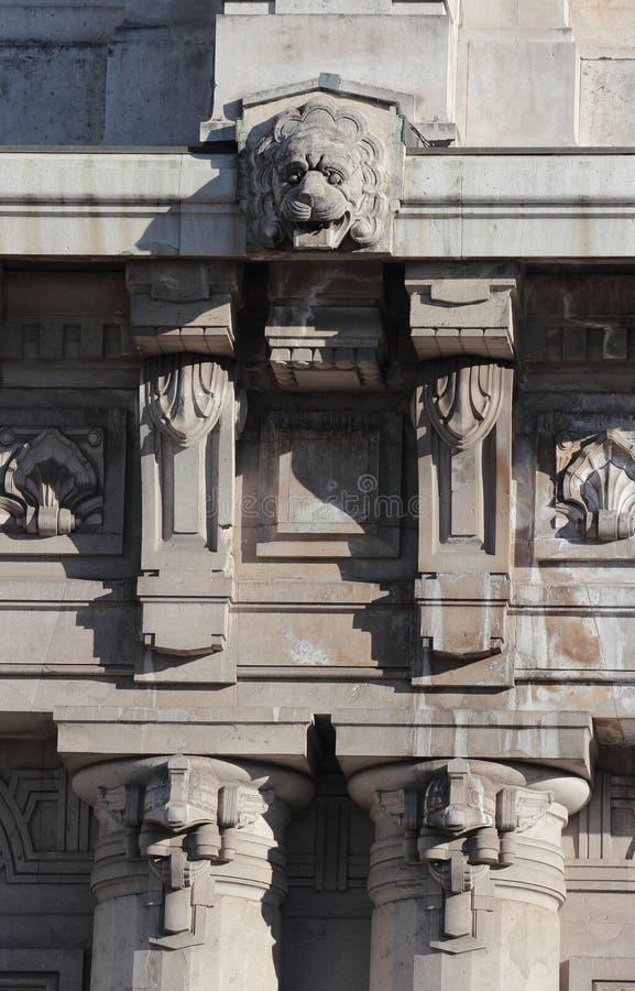 Staty av den centrala järnvägsstationen, Milan fotografering för bildbyråer