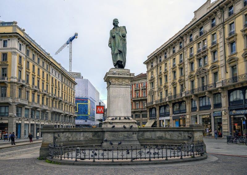 Staty av den italienska poeten Guiseppe Parini i Milan upptagna Piazalle Cordusio, Italien royaltyfri bild