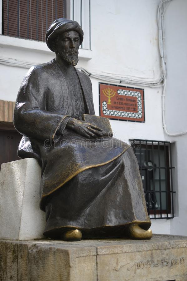 Staty av den judiska forskaren Moses Maimonides, rabbin Mosheh Ben Maimon, Rambam Cordoba, Andalusia, Spanien arkivfoto
