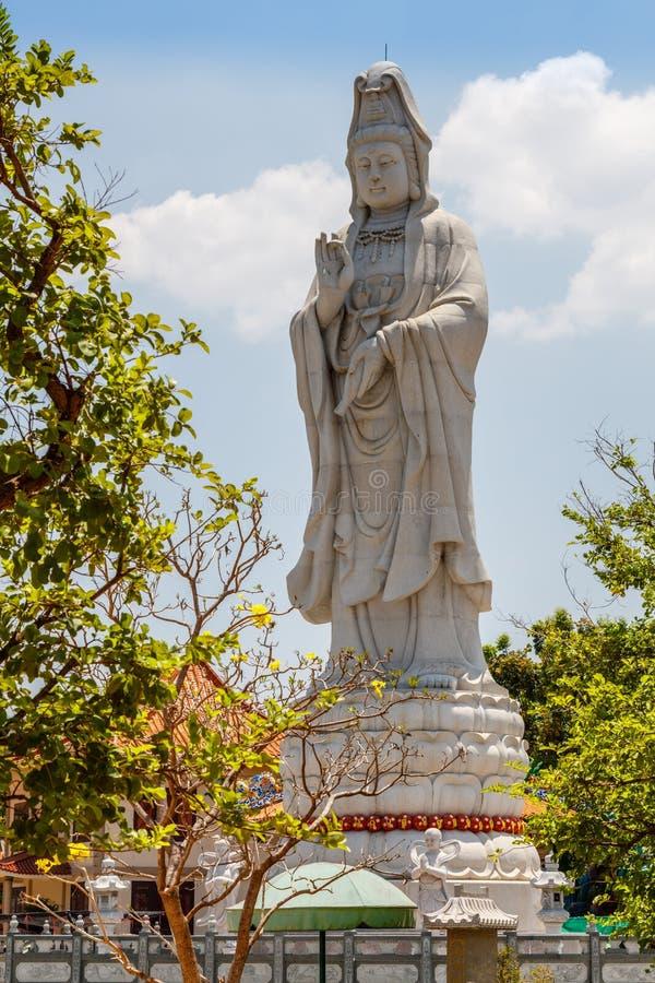 Staty av den kinesiska gudinnan av förskoning på Kuang Im Chapel nära floden Kwai, Kanchanaburi, Thailand arkivbilder