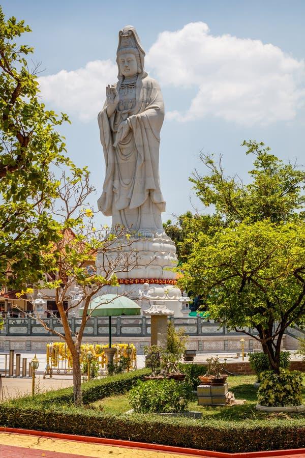 Staty av den kinesiska gudinnan av förskoning på Kuang Im Chapel nära floden Kwai, Kanchanaburi, Thailand arkivbild