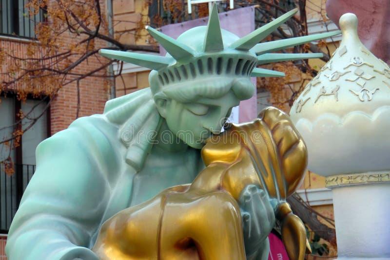 Staty av den kyssande damen Justice för frihet Fallas Valencia 2016 Guld- staty för blå statykyss Kyssa för kvinnor red steg arkivbilder
