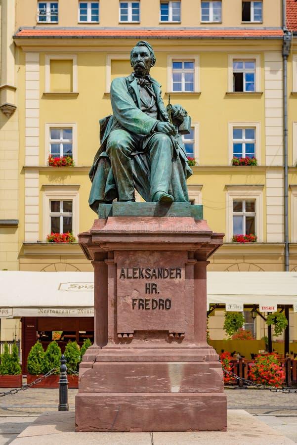 Staty av den polska poeten Aleksander Fredro på marknadsfyrkanten i Wroclaw fotografering för bildbyråer