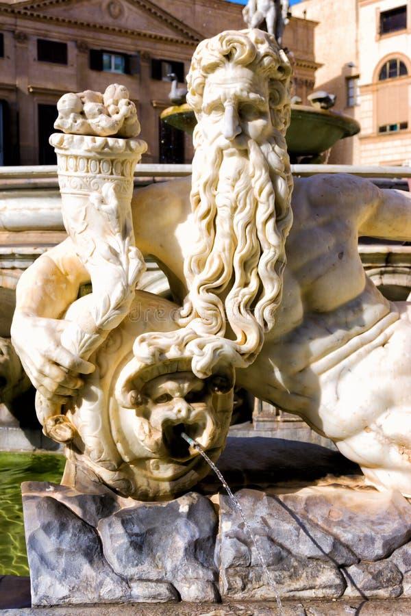 Staty av den Praetorian springbrunnen i piazza Pretoria i Palermo, Italien arkivbild
