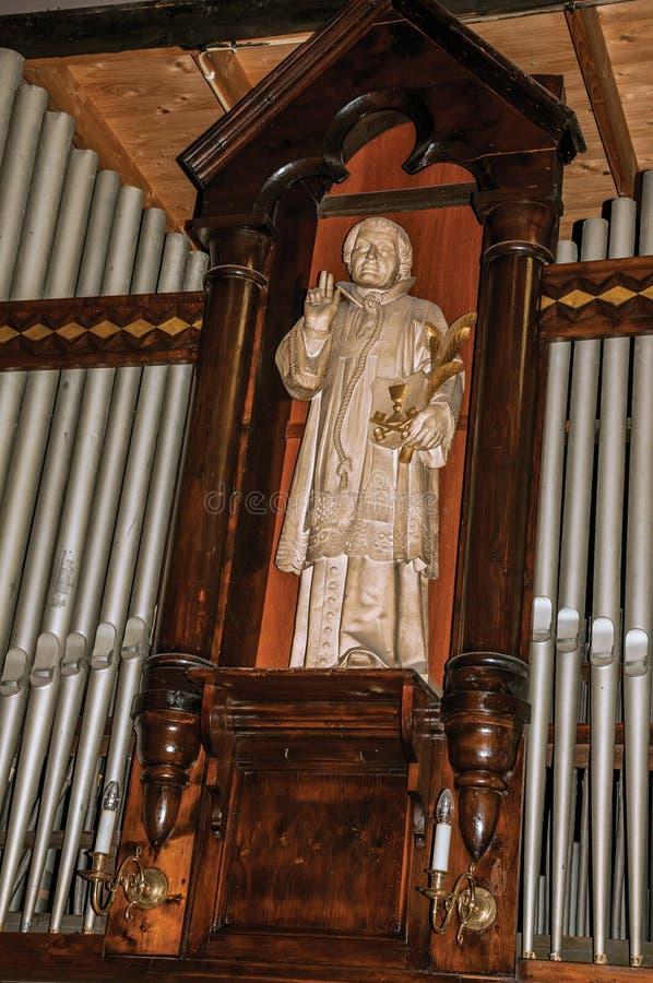 Staty av den sacral bilden i nisch under organstålrör på Jheronimus Bosch Art Center i s-Hertogenbosch fotografering för bildbyråer