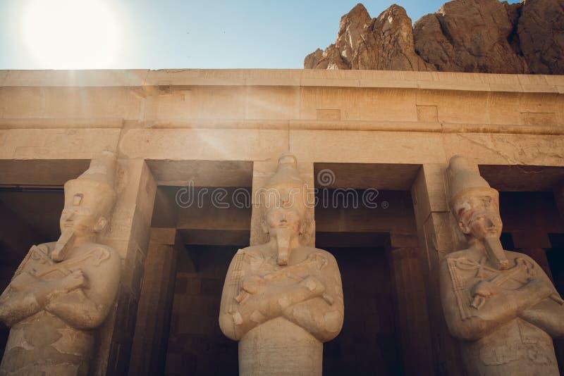 Staty av den stora egyptiska farao i den luxor templet, Egypten royaltyfri bild