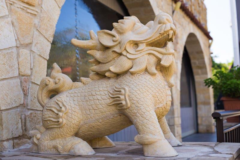 Staty av det kinesiska orientaliska lejonet royaltyfria bilder