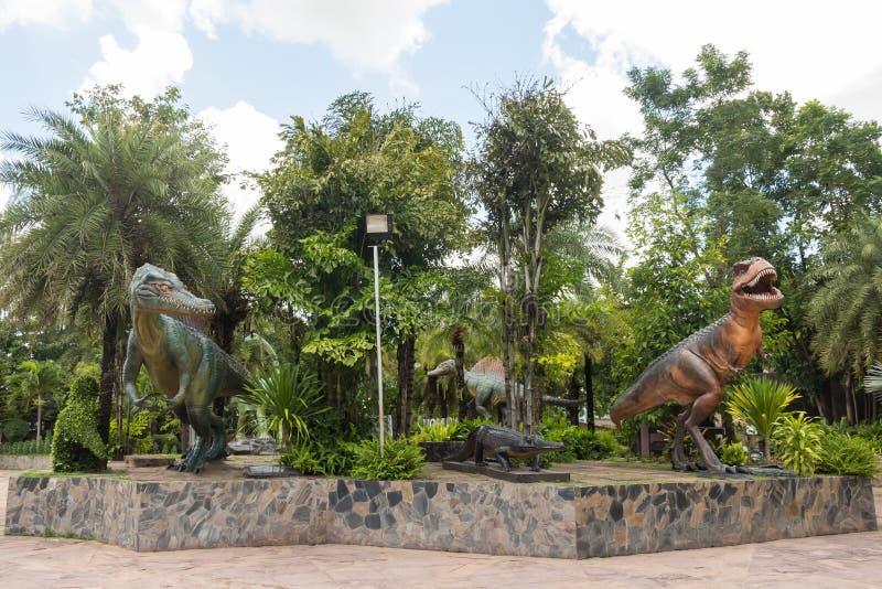 Staty av dinosaurier på den utomhus- delen av det Sirindhorn museet, Kalasin, Thailand arkivbild