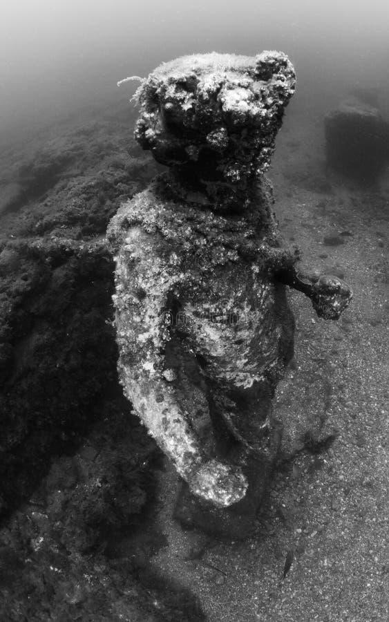 Staty av Dionysus med en krona av murgrönan i Claudio's Ninfeum undervattens- arkeologi arkivbild