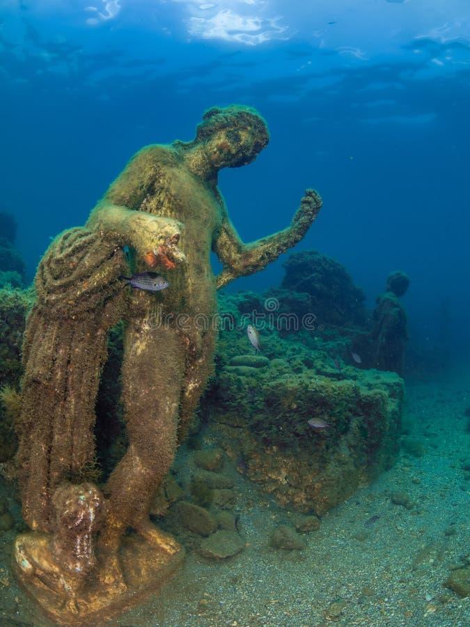 Staty av Dionysus med pantern i Claudio's Ninfeum undervattens- arkeologi royaltyfri fotografi