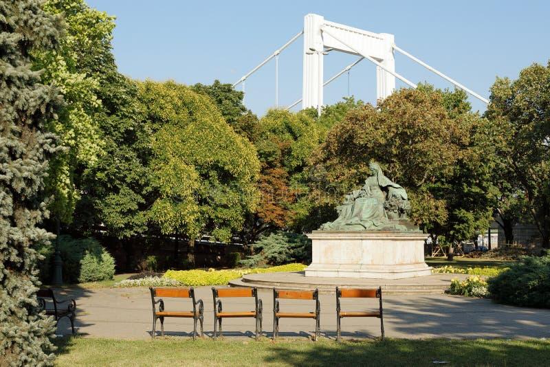 Staty av drottningen Elisabeth Elisabeth av Bayern som ge någon ett smeknamn 'Sisi 'nära Elisabeth Bridge, Budapest, Ungern, Euro arkivfoton