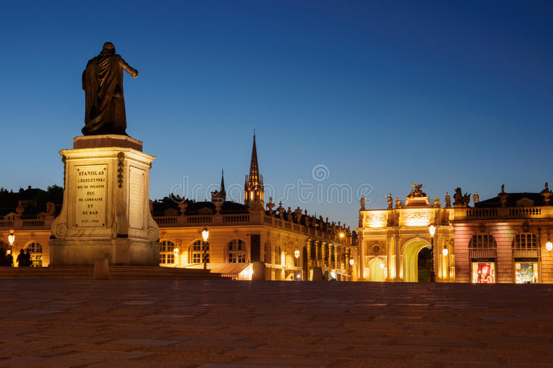 Staty av Duke Stanislas i Nancy At Night  royaltyfri bild