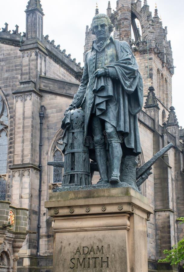 Staty av ekonomen Adam Smith Edinburgh arkivfoto