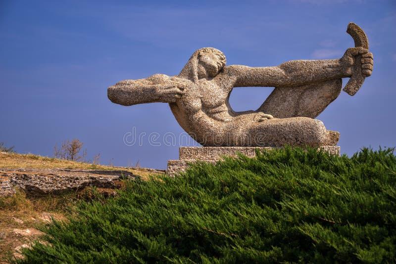 Staty av en bågskytt på udde Kaliakra, Bulgarien arkivfoto