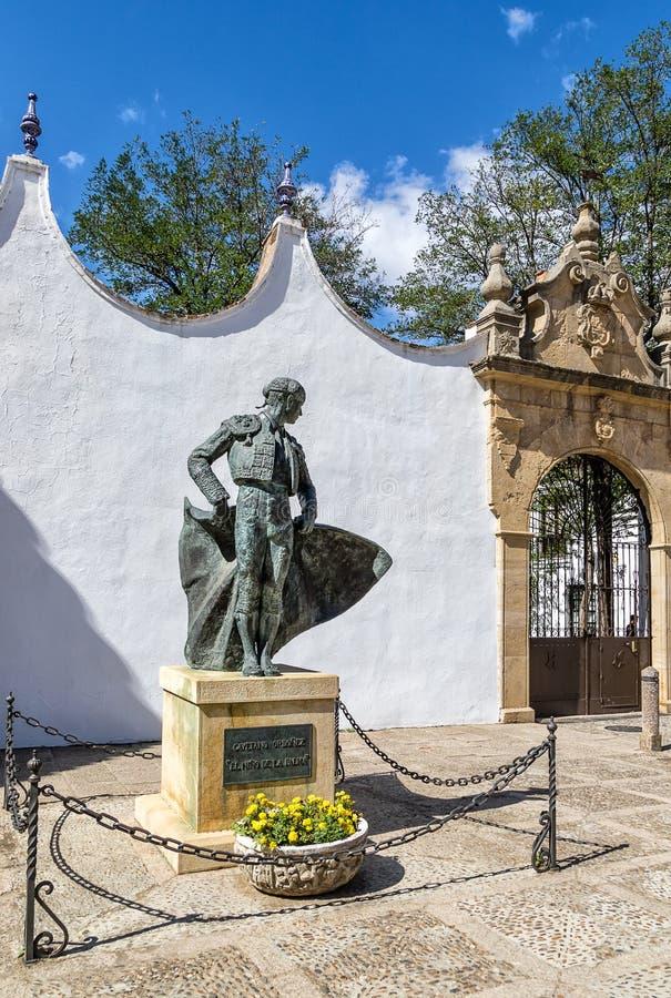 Staty av en berömd toreadortjurfäktare i den historiska fästningstaden, Ronda, nära Malaga, Andalusia, Spanien arkivfoton