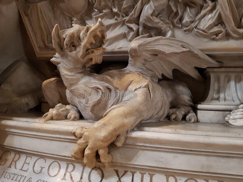 Staty av en drake i basilikan av St Peter i Vaticanet City arkivfoto