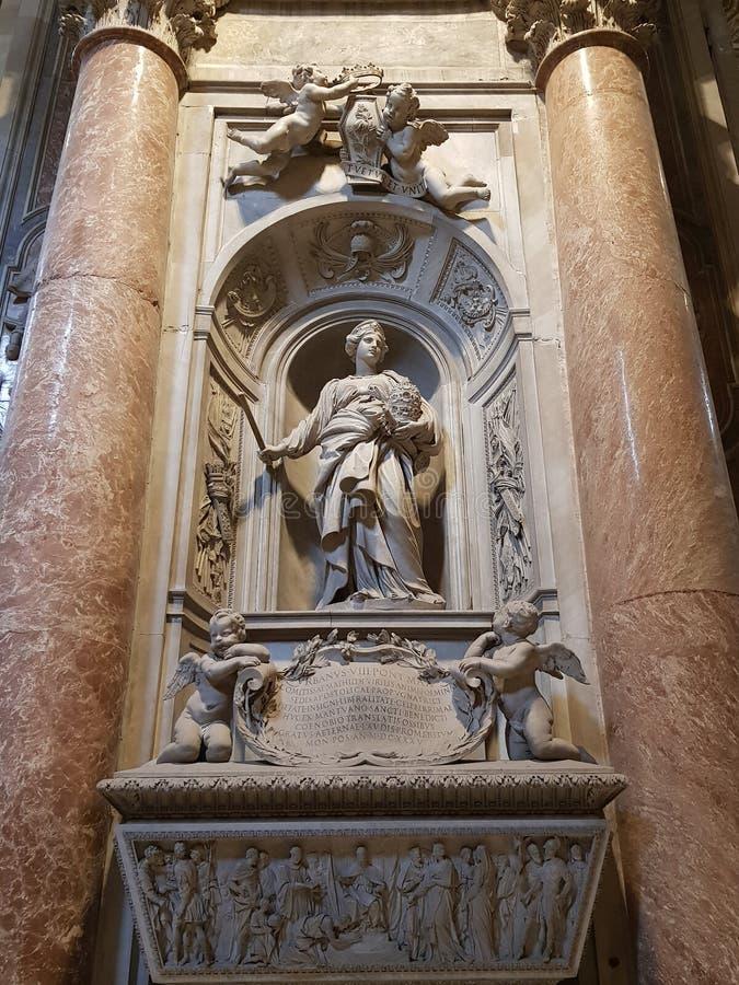 Staty av en drottning i basilikan av St Peter i Vaticanet City arkivbild