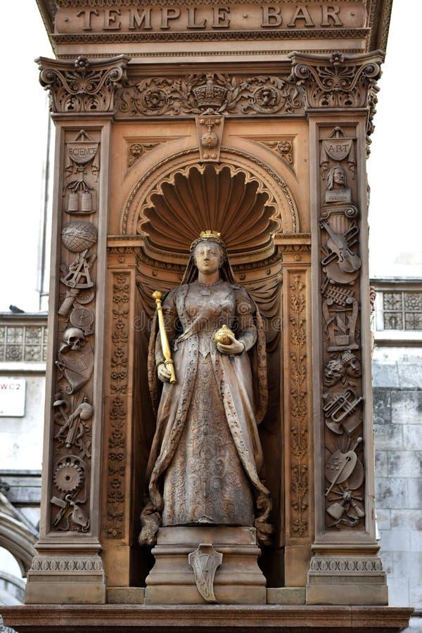 Staty av en drottning i mitten av London arkivbilder