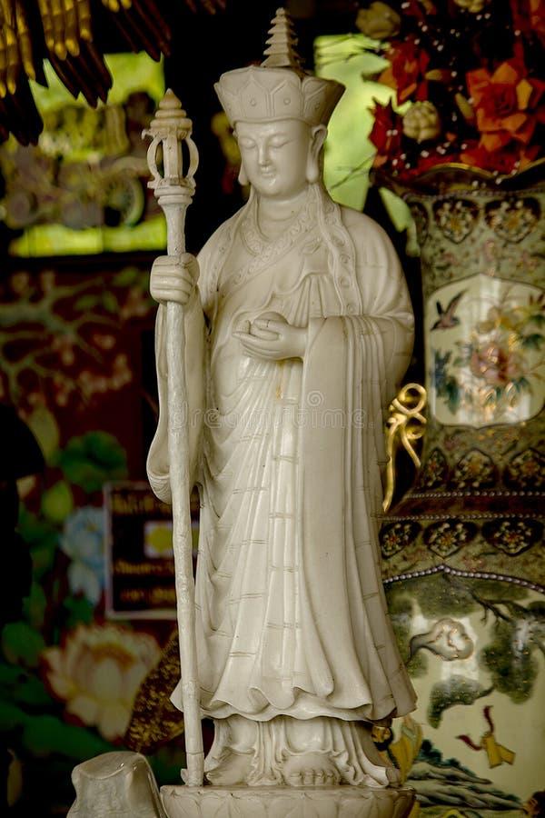 Staty av en kinesisk präst Carved från vit marmor arkivfoto
