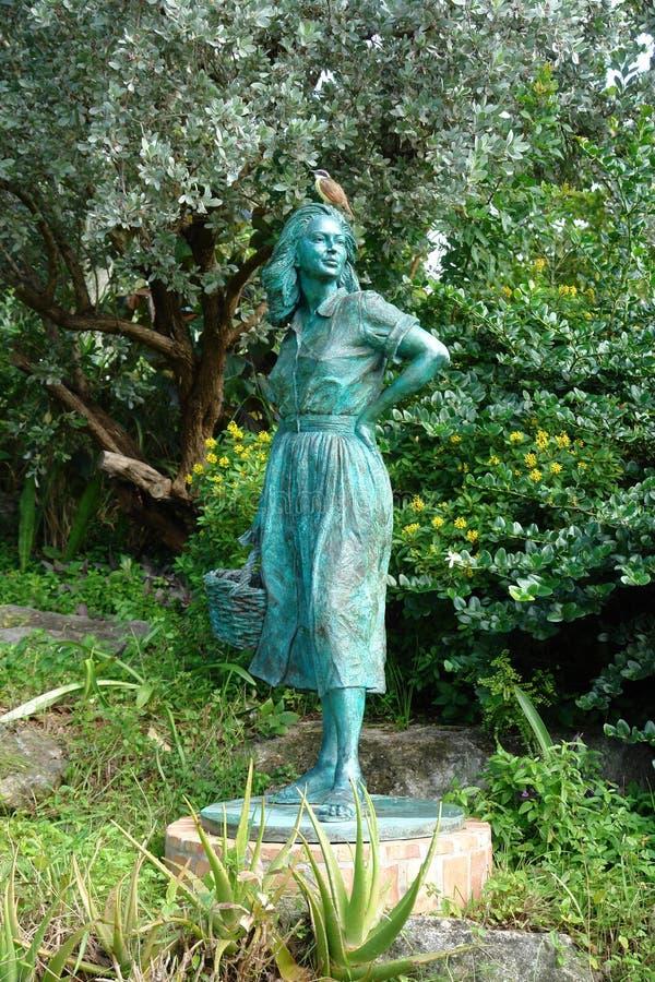 Staty av en kvinna i parkera i Hamilton, Bermuda arkivfoto