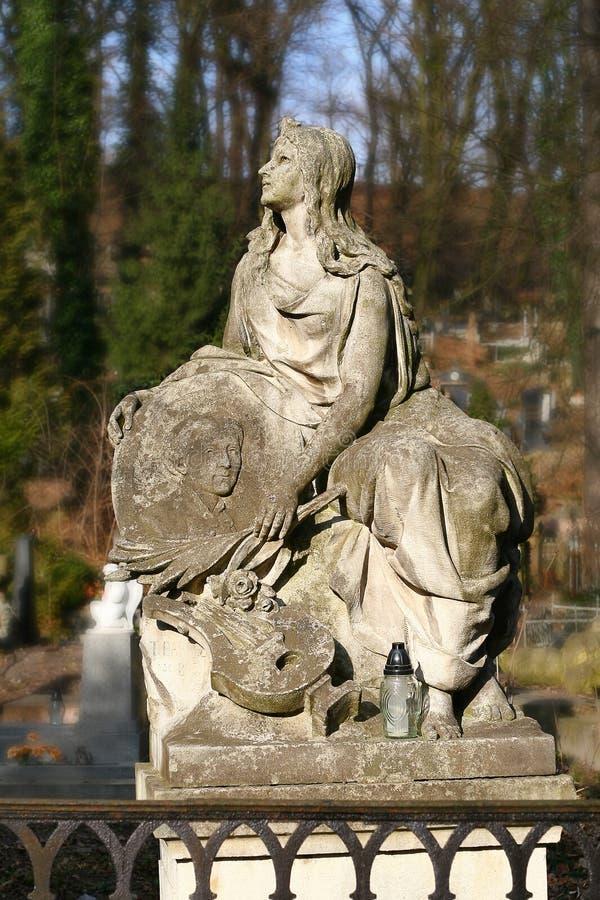 Staty av en kvinna på graven, Lychakiv minnes- kyrkogård, Lviv royaltyfria foton