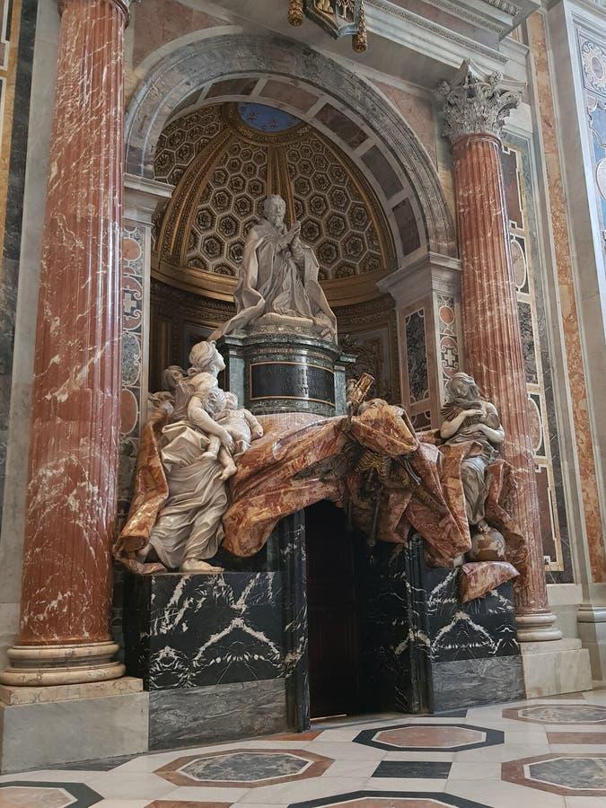 Staty av en påve i basilikan av St Peter i Vaticanet City royaltyfri fotografi
