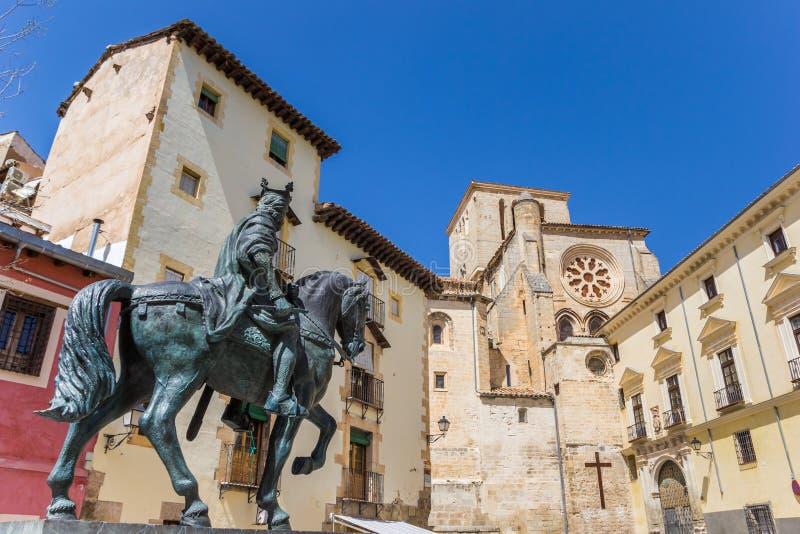 Staty av en skicklig ryttare i den historiska mitten av Cuenca arkivfoton