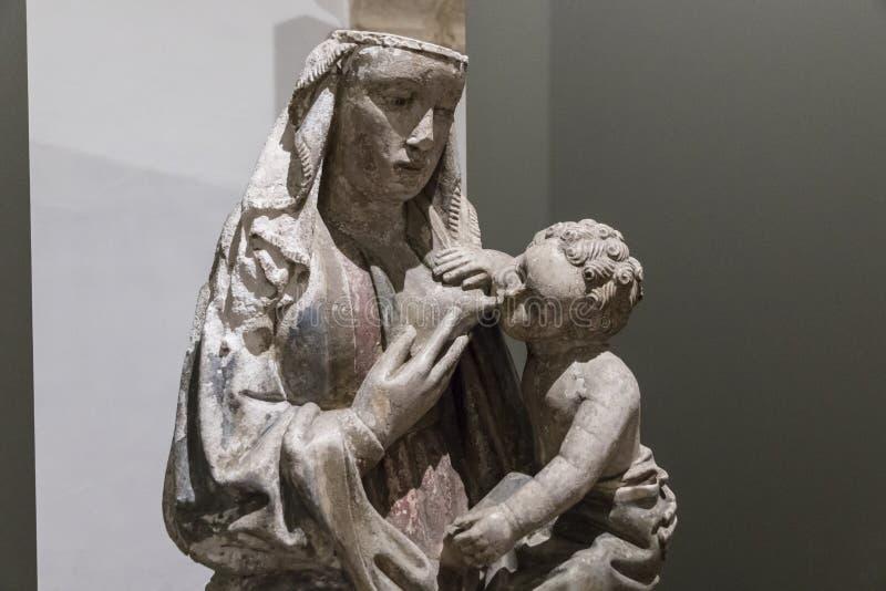Staty av en vårda Madonna arkivbild