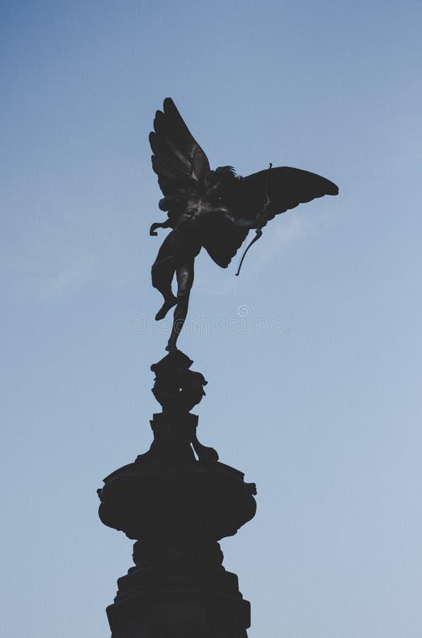 Staty av Eros i den Picadilly cirkusen, London fotografering för bildbyråer