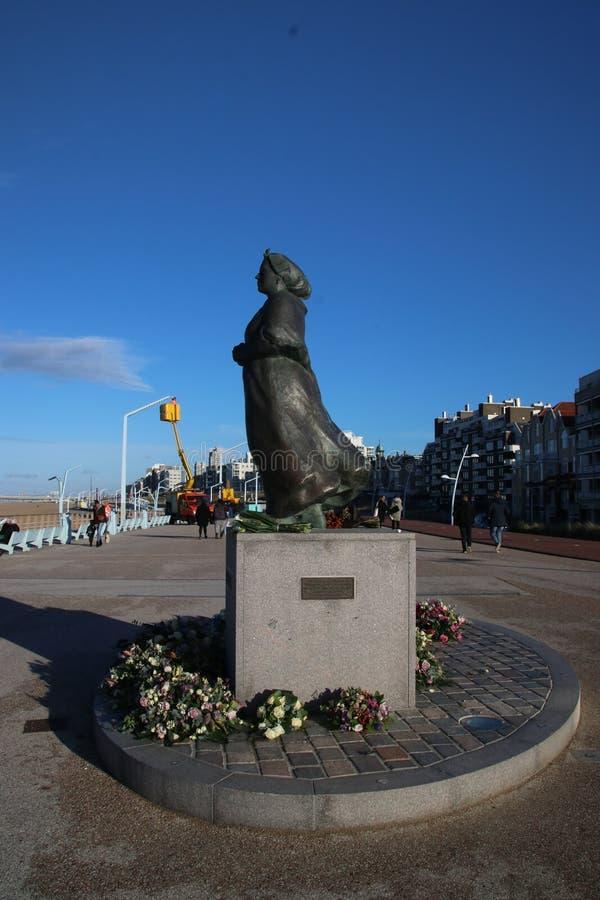 Staty av fishermansfrun på kusten av Scheveningen nästan Haag, att minnas alla fiskare som kom aldrig tillbaka att returnera royaltyfri bild