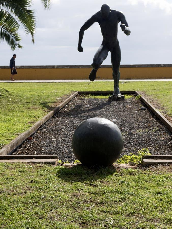 Staty av fotbollsspelaren på kajen i den Funchal madeiran royaltyfria foton