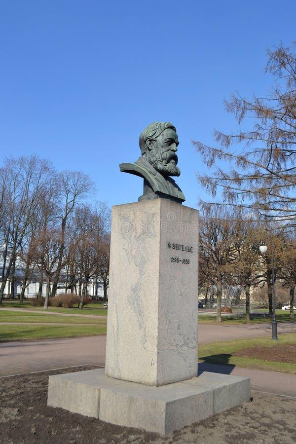 Staty av Friedrich Engels royaltyfri bild